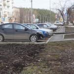 Карпинцы просят главу сохранить газоны, а не превращать их в автостоянки