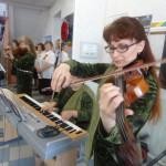 Гостей мероприятия встречала красивая скрипичная музыка