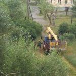 В карпинском дворе тяжелая техника ездит через детскую площадку