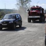 Перед пожарным автомобилем не очень-то быстро ехал некий автолюбитель. Даже после сигнала от пожарных пропустить дорогу, водитель и не уступил, и не прибавил скорости