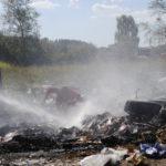 Сильным напором воды пожарные проливали мусор