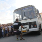Один из участников силового экстрима Илья Авдеев тянет автобус