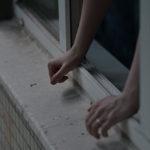 В Карпинске женщина выпала со второго этажа