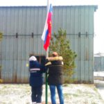 Победители прошлого года поднимают флаг России. Естественно, звучит гимн