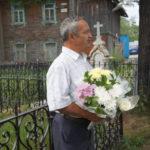 Житель Карпинска восстанавливает старинные памятники на кладбище у Казанской церкви