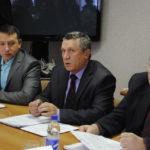 Александр Аскаров (в центре) дает консультации практически по всем вопросам, обсуждаемым на Думе