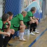 Футболисты отдыхают и ждут замен