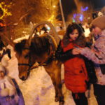 По площади ходили две лошади, на которых могли покататься все желающие. Не бесплатно конечно