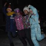 На импровизированной сцене дети исполнили азарной танец