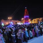 После того, как дети хором сказали заветные слова, новогодний городок заиграл огнями