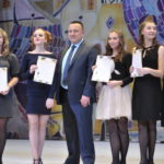 На празднике наградили как учеников за заслуги в школе и внеучебную деятельность