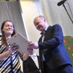 """Начальник отдела образования администрации наградил каждого участника конкурса """"Ученик года"""" почетной грамотой"""