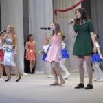 На сцене пели и танцевали ученики из разных школ