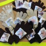 В Карпинске ребята раздавали на дорогах «умные рукавицы-книжки»