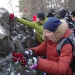 После возложения цветов весь памятник был буквально усыпан красными гвоздиками