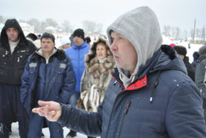 С речью выступает активист Сергей Раков