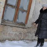Карпинцы жалуются на разваливающийся дом и непомерную квартплату: