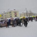 Торговые палатки стояли вряд вдоль улицы Карпинского