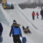 Дети не упустили возможности покататься на ледяных горках, которые остались еще с ледового городка