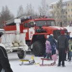 Пожарные внимательно следили за безопасностью при сжигании чучела