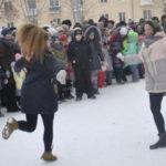 На импровизированной сцене пели плясали коллективы городского Дворца культуры