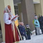 Ведущие были наряжены в русские народные костюмы