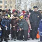 Полицейские и спасатели не давали подойти детям к пламени ближе безопасного расстояния