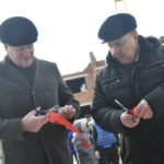 Ленточку разрезали два мэра Карпинска. Один бывший, другой - нынешний