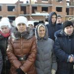 Горожане внимательно слушают поздравительные речи от депутата Бидонько и мэра Клопова