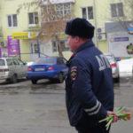 В Карпинске инспекторы движения вручали дамам цветы