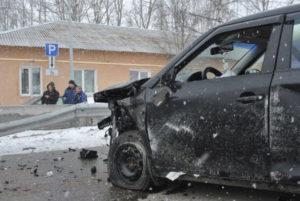 Части черного авто разлетелись  по дороге