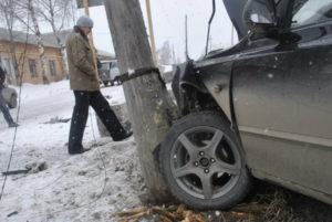 Водитель черного Хенде съехал с дороги и врезался в столб