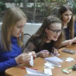 Несмотря на всю сосредоточенность на поделках, школьники находили время и пообщаться, и посмеяться