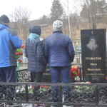 Люди приходили к могилам семьями