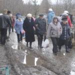 Дорожки на кладбище еще не высохли после ночного  дождя