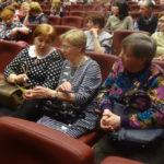 Три подруги пришли поддержать четвертую - участницу хора. Женщины познакомились в санатории