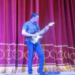 Сын Николая Сергеенко мастерски исполнил композиции на электрогитаре