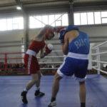 Удар засчитывается только когда кулак бьющего касается соперника белой полосой