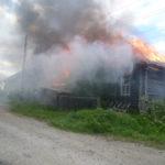 В Карпинске сгорела крыша бани. «Хозяйка могла дома лишиться»