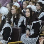 Девчонки нарядились в советскую школьную форму