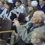 Родители, бабушки и дедушки снимали все на телефоны и фотокамеры, чтобы запечатлеть навсегда момент прощания со школой