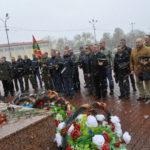 После возложения цветов пограничники еще несколько минут стояли перед памятником молча