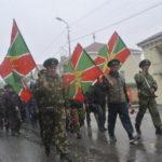 По центральной улице города шла бравая колонна, которую украшали флаги пограничных войск