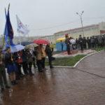 Из-за непогоды на площади было немного народу. Около 200 человек