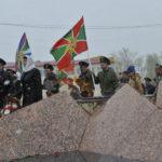 Флаги пограничных войск развивались на холодном ветру