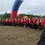 Волонтеры оградили массу обычных участников от профессионалов, чтобы первые не помешали старту марафонцев