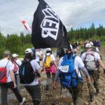 Участники несли с собой флаги, которые установили на вершине горы