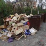 Фотофакт. В центре Карпинска торговцы устраивают свалку ящиков и коробок