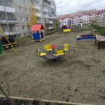 Между двух новостроек благоустраивается детская площадка