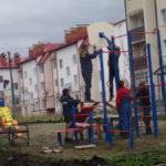 Перед домом продолжается благоустройство детской площадки